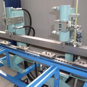 Montážní zařízení pro výrobu překližkových přepravních beden